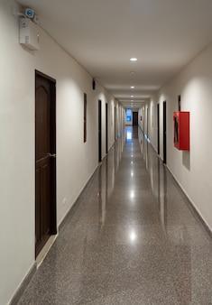 Passagem ao longo do piso de mármore.