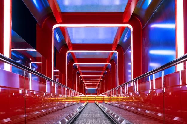 Passagem circular da escada rolante com luz vermelha