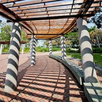 Passagem coberta no parque em um dia ensolarado