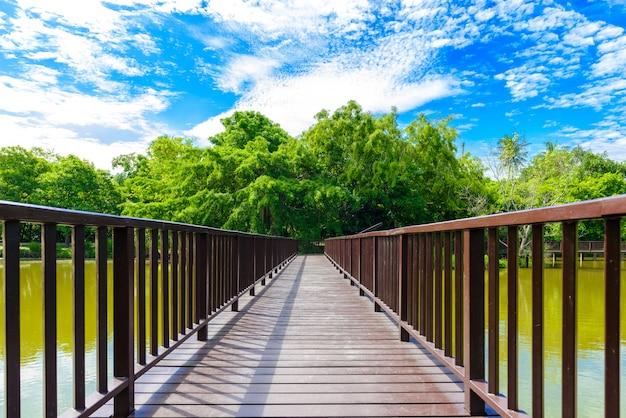 Passagem da ponte de madeira no parque de sri nakhon khuean khan e no jardim botânico