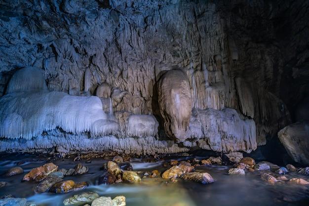 Passagem de caverna com belas estalactites na tailândia (caverna tanlodnoi)
