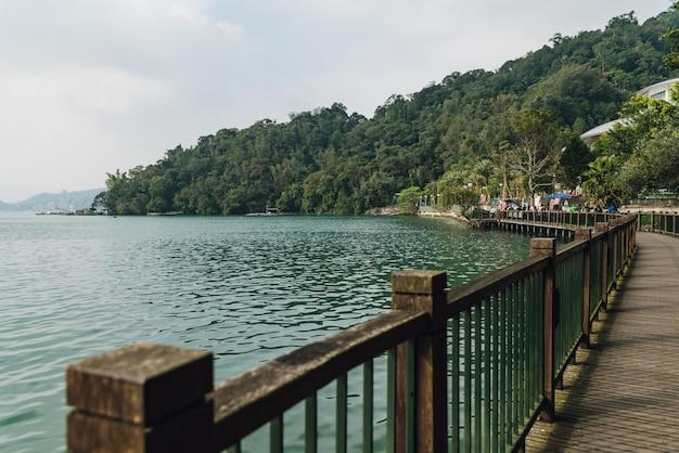 Passagem de madeira ao longo do lado com sun moon lake que levam a sun moon lake ropeway station.