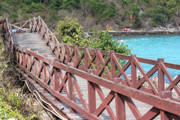 Passagem de madeira em koh lan