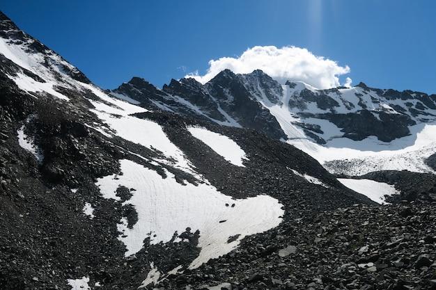 Passagem de montanha nas montanhas de altai. parque nacional de belukha. altai, rússia