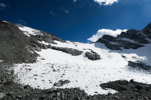 Passagem de montanha nevado em montanhas de altai. parque nacional de belukha. altai, rússia