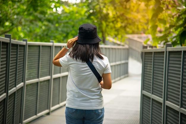 Passagem do dossel, a mais longa passagem pelas copas das árvores da tailândia abre no jardim botânico queen sirikit