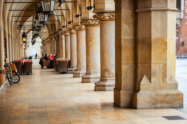 Passagem do salão gótico com colunas. principal praça do mercado da cidade de cracóvia, polônia