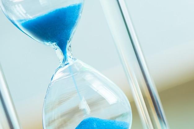 Passagem do tempo. ampulheta azul.