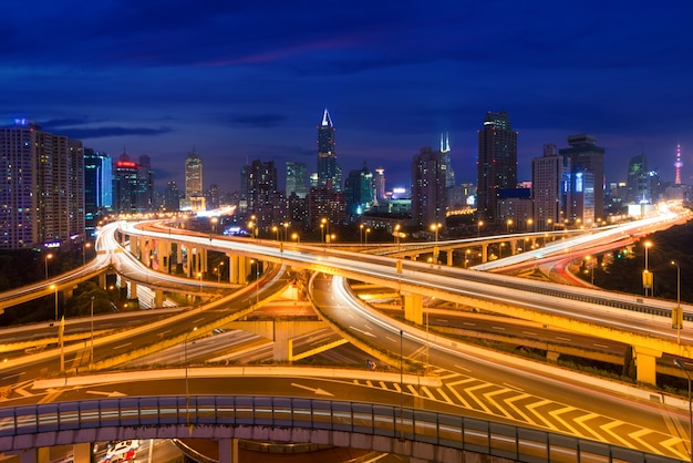 Passagem elevada de junção e de intercâmbio de estrada de shanghai na noite em shanghai, china