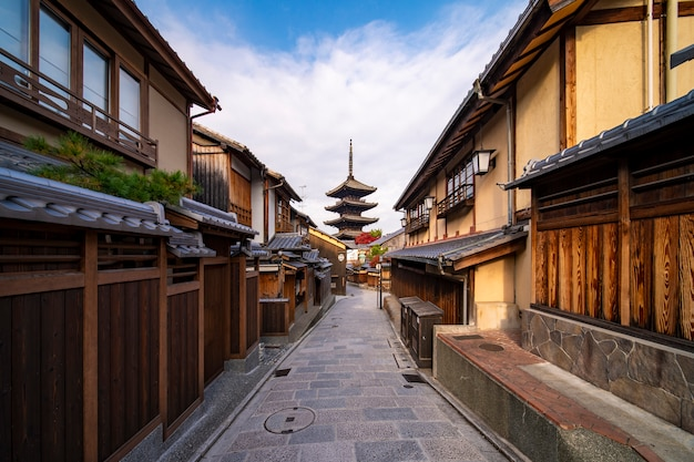 Passagem em casa tradicional de quioto e antigo mercado com fundo de yasaka pagoda