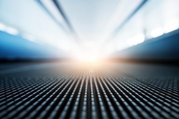 Passagem movente e luz no fundo.
