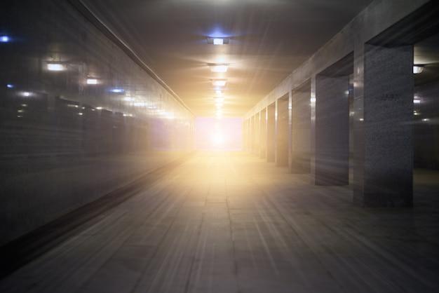 Passagem subterrânea de túnel para pedestres com um brilho intenso no final