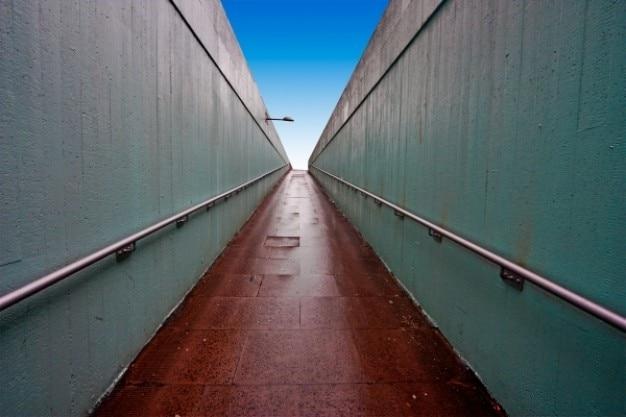 Passagem subterrânea grande angular