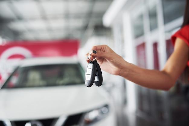 Passando as chaves do carro. negociante de carro segurando as chaves do carro, vendendo comprando dando conceito de veículo de compra de profissão de proprietário