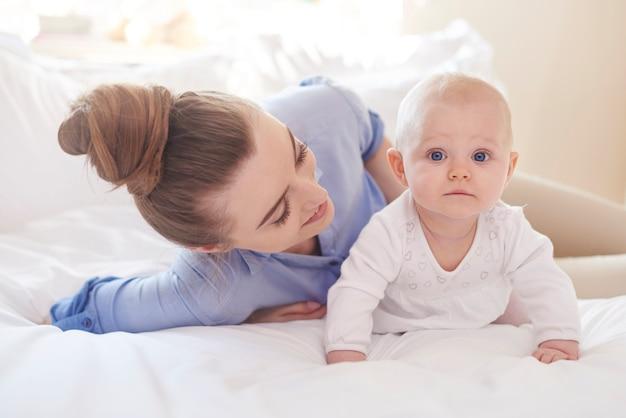 Passando um tempo com a mamãe na cama