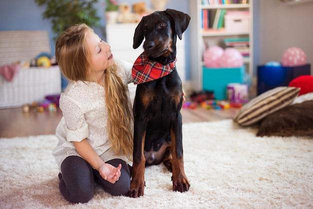 Passando um tempo com o cachorro em casa