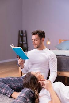 Passando um tempo juntos enquanto lê