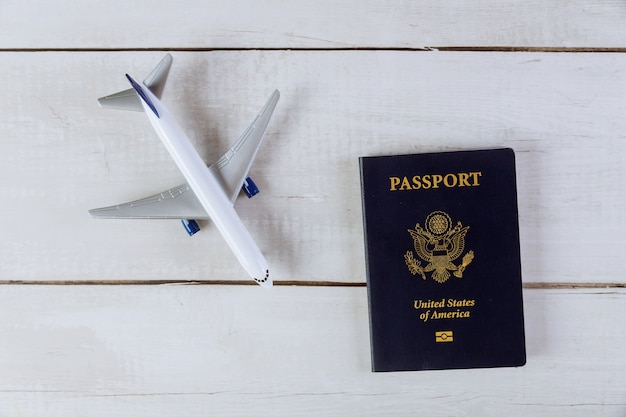 Passaporte americano e modelo de avião