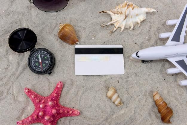 Passaporte, avião de brinquedo, notas de dólar, conceito de viagem