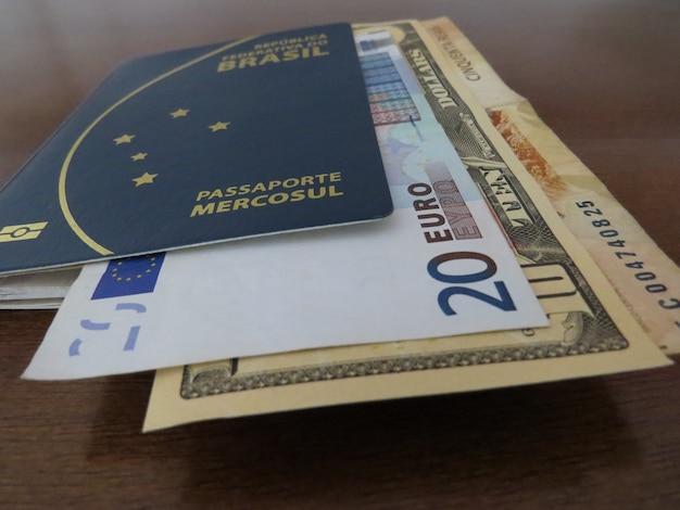 Passaporte brasileiro e dinheiro brasileiro, europeu e americano.