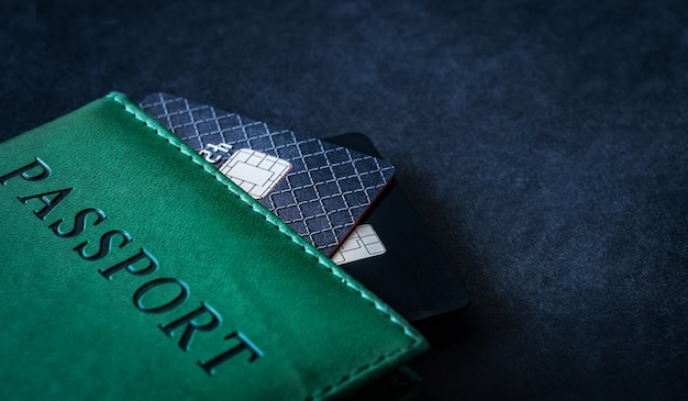 Passaporte com cartões de crédito no escuro