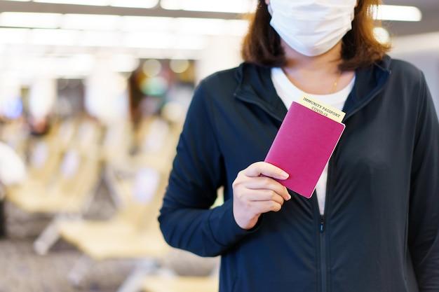 Passaporte com certificado de vacinação para cartão de registro de pessoa covid-19. passaporte ou certificado de imunidade para ser vacinado antes da viagem. vacinação, passaporte de imunidade a doenças