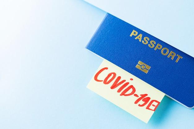 Passaporte com covid-19 postá-lo em fundo azul claro