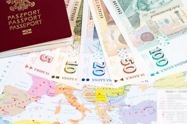 Passaporte com dinheiro búlgaro na superfície do mapa