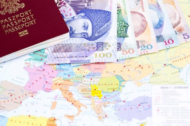 Passaporte com dinheiro da geórgia na superfície do mapa
