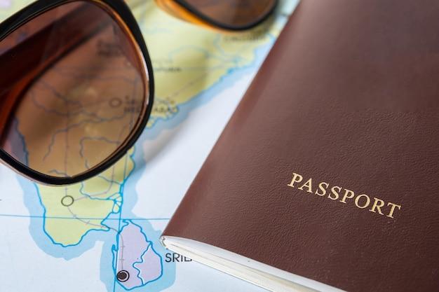 Passaporte com mapa do mundo, conceito de viagem