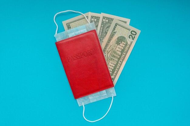 Passaporte com máscara médica e notas de dólar americano. ilustra quarentena e fronteiras fechadas de coronavírus