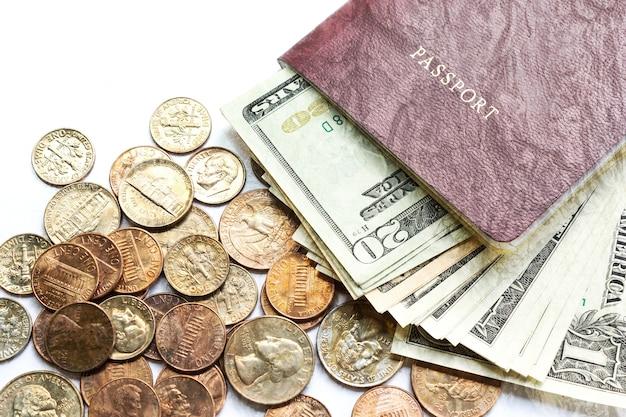 Passaporte com notas e moedas de dólar