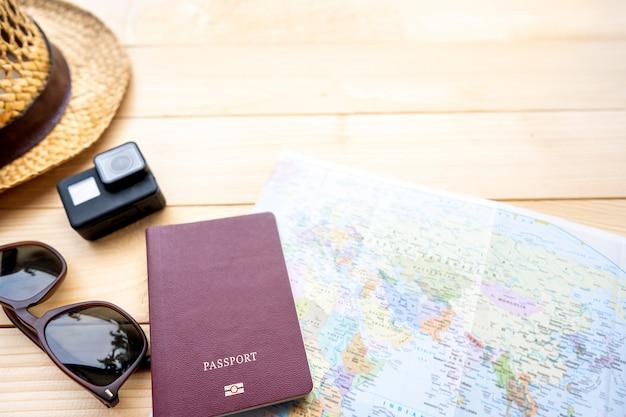 Passaporte com um mapa na madeira