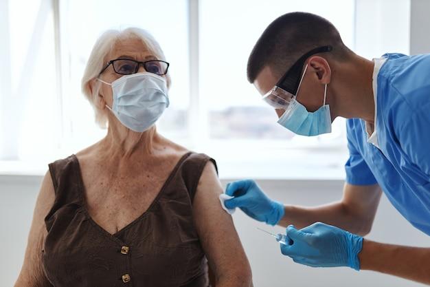Passaporte da vacina do médico e do paciente hospitalar confirmado