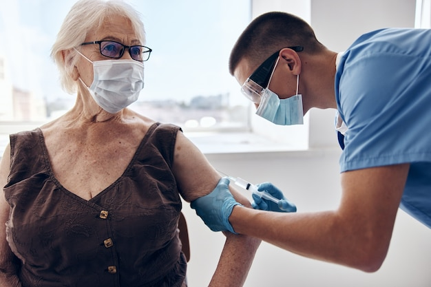 Passaporte da vacina do paciente e do médico com máscaras médicas