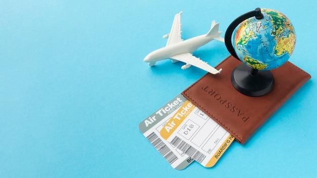 Passaporte de ângulo elevado e arranjo de ingressos