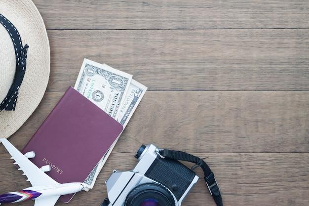Passaporte de câmera e calendário na mesa
