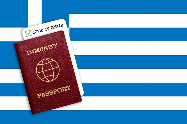 Passaporte de imunidade e teste secreto sobre a bandeira nacional da grécia.