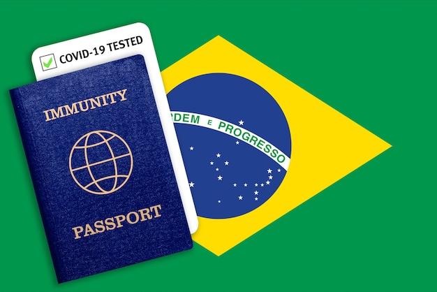 Passaporte de imunidade sobre a bandeira nacional do brasil.