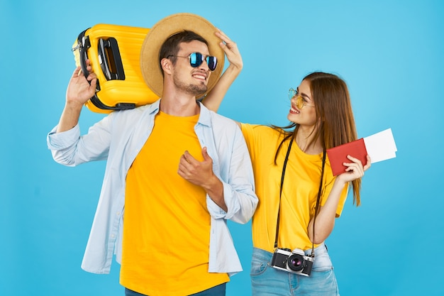 Passaporte do jovem casal e passagem de avião divertidas de férias