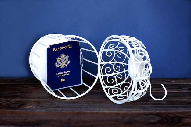 Passaporte dos eua em uma gaiola aberta. há acesso à imigração para os estados unidos.