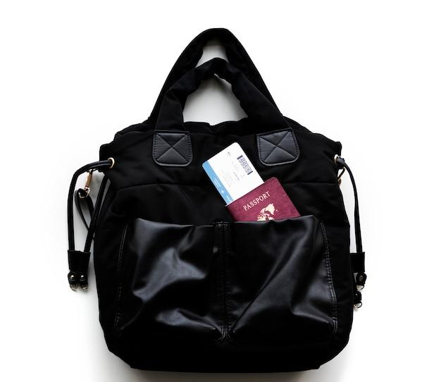 Passaporte e cartão de embarque em bolsa