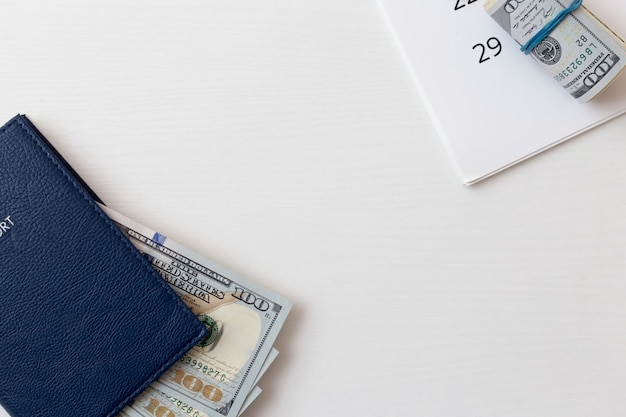 Passaporte e notas de dólar em branco isolado