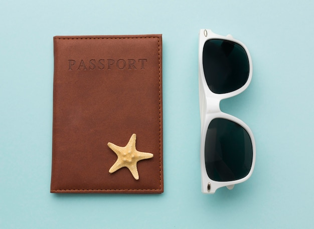 Passaporte e óculos de verão vista superior