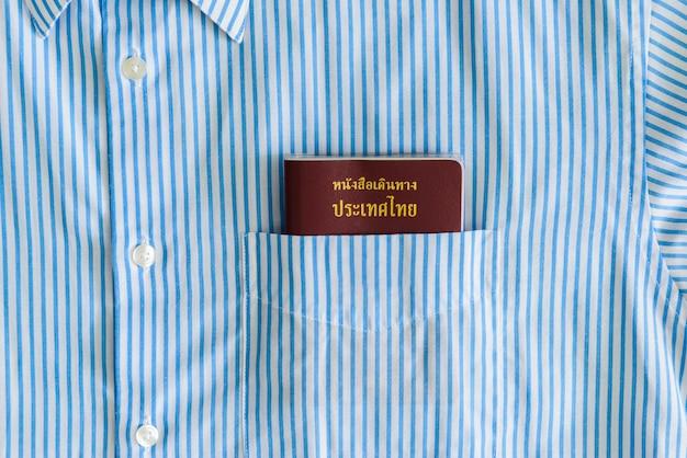 Passaporte em um bolso de camisa