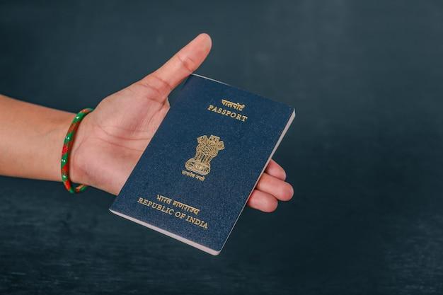 Passaporte indiano na mão, mostrando o passaporte