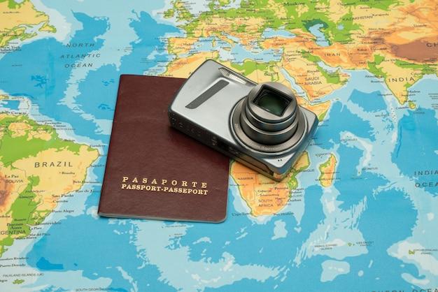 Passaporte, mapa do mundo, câmera. conceito de viagens