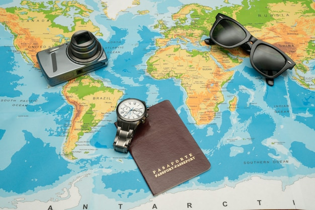 Passaporte, mapa do mundo, óculos, câmera. conceito de viagens