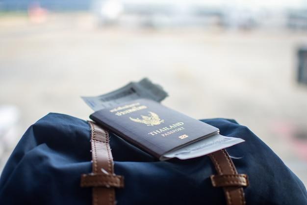 Passaporte na mochila no aeroporto esperando viajar.