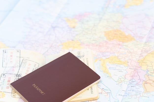 Passaporte no mapa do mundo. mapa da europa em um fundo.